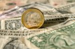 L'euro monte un peu face à un dollar sous pression