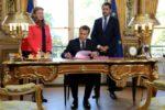 La loi de moralisation signée à la télé en direct par Macron